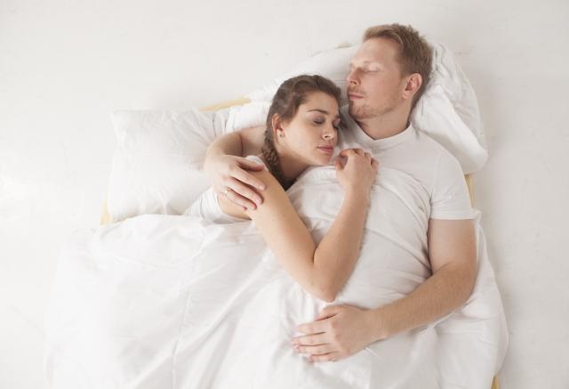 並んで寝るカップル