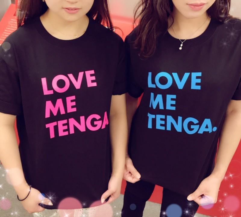 TENGAのTシャツを着た女性